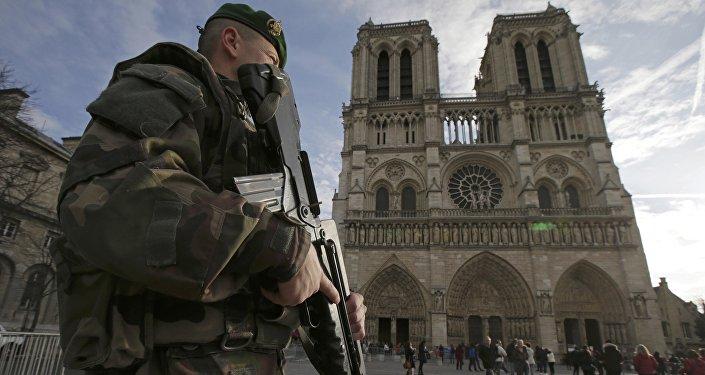 Patrouille devant la Cathédrale de Notre-Dame à Paris, le 24 décembre 2015