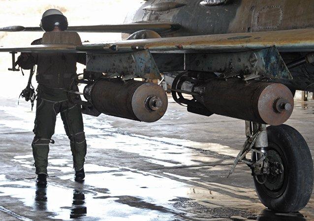 Bombes aériennes syriennes à la base militaire de Hama