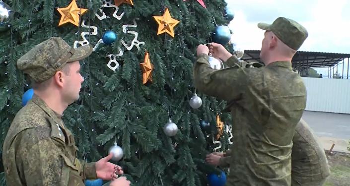 Les Russes installent un sapin de Noël sur l'aérodrome syrien de Hmeimim