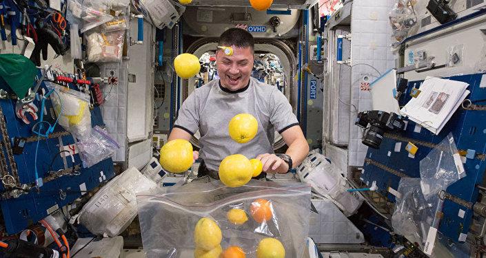 L'astronaute sur la Station spatiale internationale. Image d'illustration