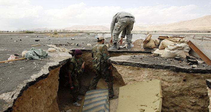 Les forces gouvernemetales syriennes sortent d'un tunnel utilisé par des combattants de l'opposition