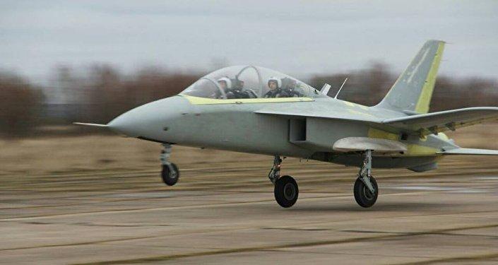Un nouvel avion russe à l'aile en flèche inversée