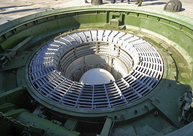 Missile balistique intercontinental RS-18 Stiletto placé dans son silo