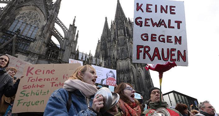 Slogan Pas de violence contre les femmes. Manifestation après les événements du Nouvel an à Cologne