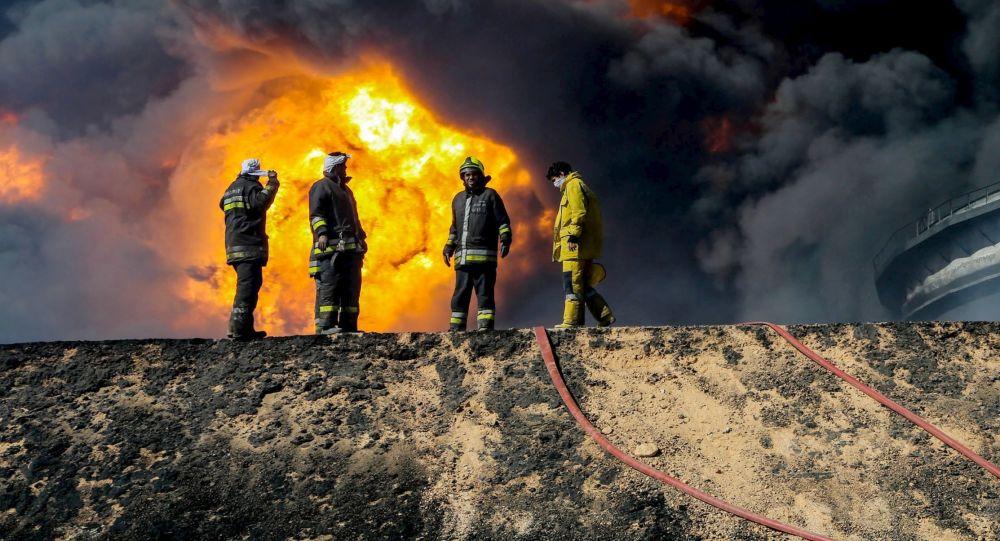 Un réservoir de pétrole en flammes à Ras Lanouf