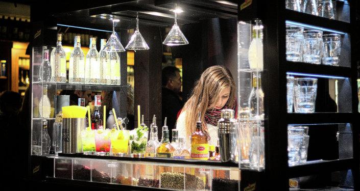 Une serveuse d'un bar