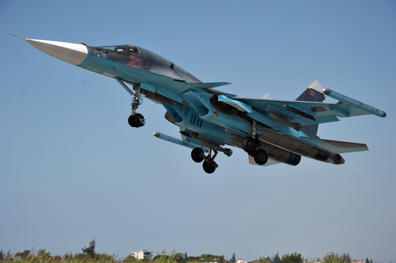 Un bombardier russe Su-24 décolle depuis la base aérienne syrienne de Hmeimim