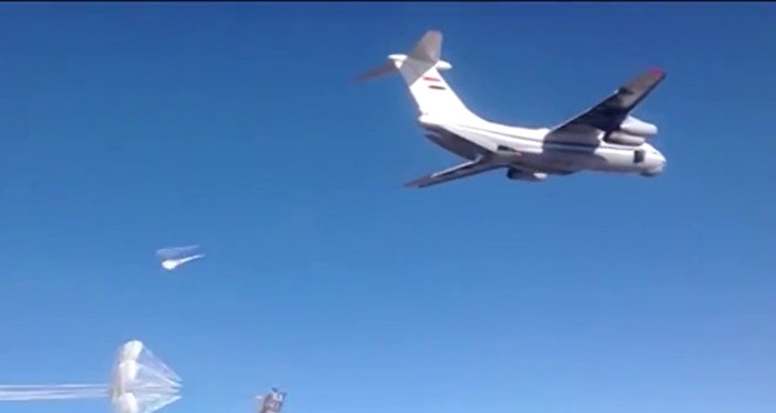 Un avion largue un lot d'aide humanitaire sur une plateforme russe en Syrie