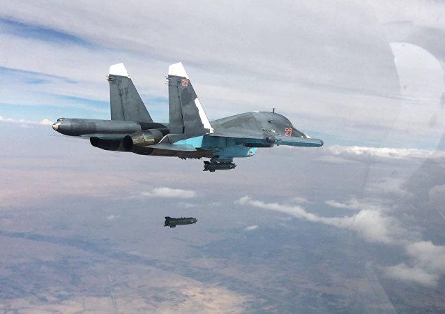 Le chasseur-bombardier Su-34 effectue une frappe aérienne sur les positions de Daech en Syrie