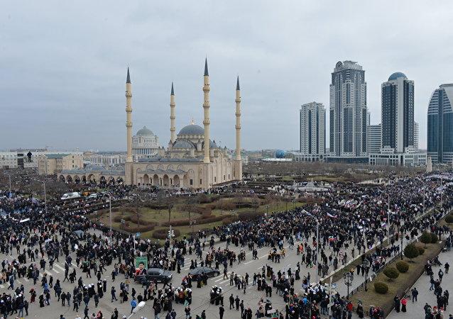Des gens avec des pancartes et des drapeaux se sont massés devant la mosquée Akhmad Kadyrov, l'un des principaux édifices islamiques à Grozny, la capitale tchétchène
