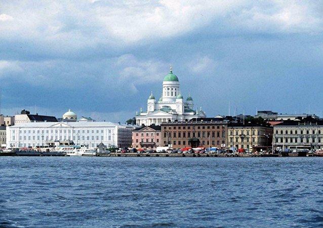 Une vue de la mer sur le port et le marché d'Helsinki