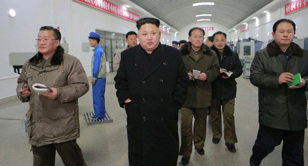 Le dirigeant nord-coréen Kim Jong Un (C) visite l'usine de machine de précision Kangdong, publié par l'Agence centrale de presse de la Corée du Nord (KCNA) à Pyongyang 16 Janvier, ici à 2015