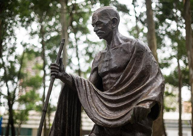 une statue de Mohandas Gandhi