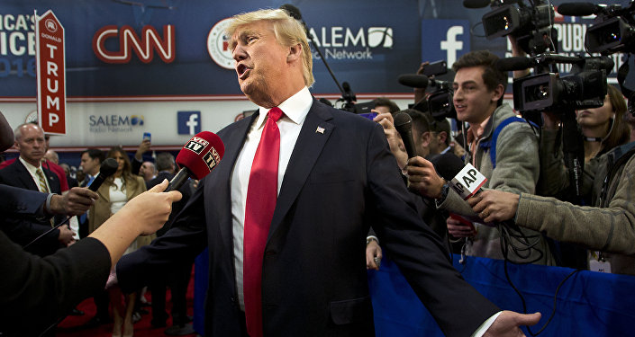 Donald Trump parle avec les médias après les débats présidentiels républicains, animé par CNN, Las Vegas le 15 décembre 2015Trump speaks with the media after the Republican Presidential Debate, hosted by CNN, Las Vegas on December 15, 2015