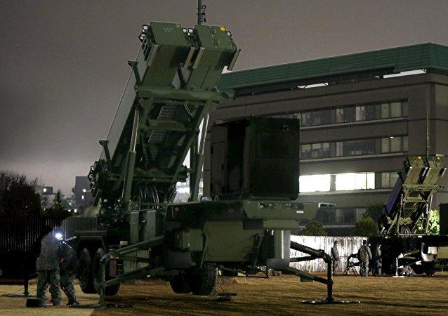 Système de missiles sol-air Patriot MIM-104 devant la ministre japonais de la Défense
