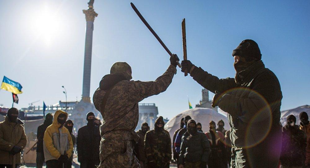 Des combattants de Pravy Sektor s'entraînent sur la place de l'Indépendance à Kiev