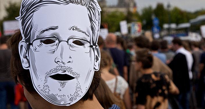 Edward Snowden, le masque
