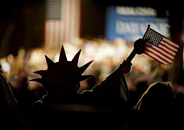 Un homme hissant le drapeau des Etats-Unis.