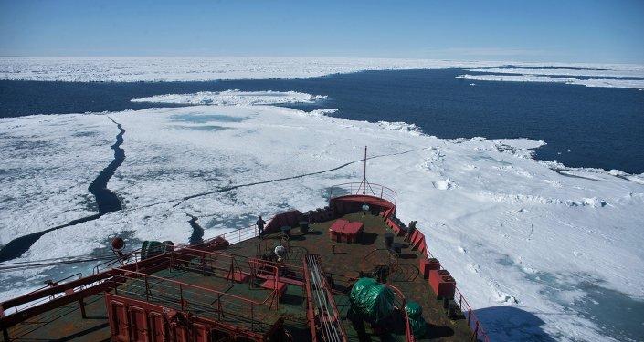 Le brise-glace atomique Yamal pendant l'expédition dans l'Arctique, l'hiver 2015