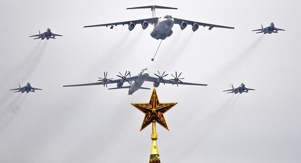 Avions militaires dans le ciel de la place Rouge