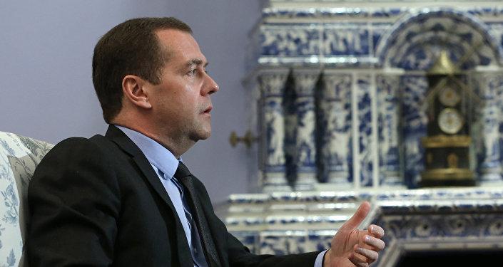 Le premier ministre russe Dmitri Medvedev donne un entretien au journal allemand Handelsblatt