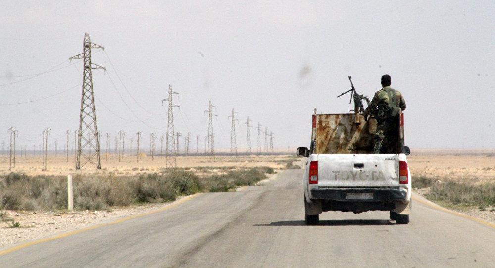 Des militaires syriens sur la route reliant Homs à Raqqa