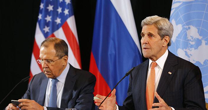 Le chef de la diplomatie russe Sergueï Lavrov et le secrétaire d'Etat américain John Kerry