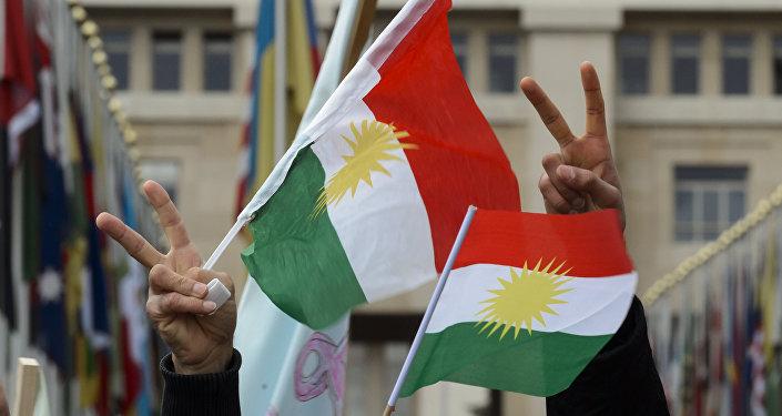 Des Kurdes syriens brandissent les drapeaux du Kurdistan