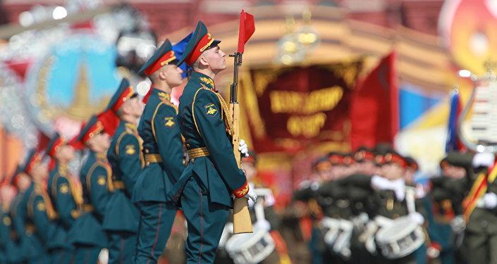 Défilé militaire consacré au 65e anniversaire de la Victoire dans la Seconde Guerre mondiale