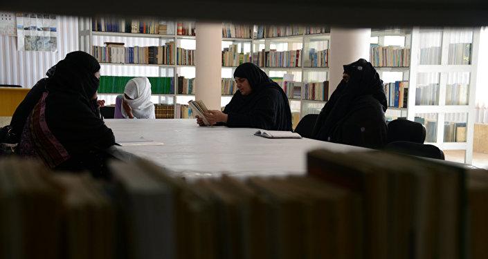femmes afghanes lisent des poèmes d'amour, club de poésie à Kandahar