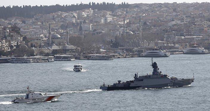 La corvette lance-missiles de la marine russe Zeleny Dol est escorté par un bateau de la garde côtière turque, traversant le Bosphore, en route vers la mer Méditerranée, à Istanbul, Turquie, Février 14, 2016