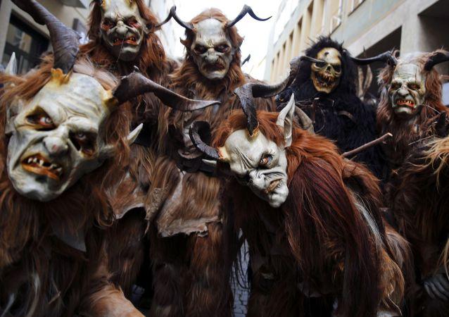 Des personnes déguisées en diable