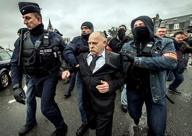 Un ancien militaire originaire de Calais dénommé Willy Destierdt interpellé lors d'un rassemblement d'extrême droite interdit
