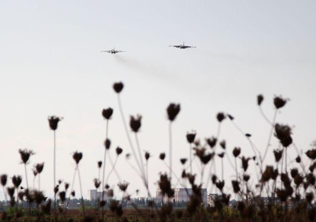 Un avion russe Su-25 décolle depuis la base aérienne de Hmeimum, en Syrie