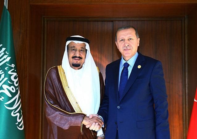Quand Erdogan accueille le roi saoudien au son d'une marche militaire russe