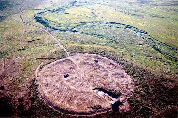 Arkaïm est un site archéologique situé dans la steppe au sud de l'Oural, dans la région de Tcheliabinsk, au nord de la frontière du Kazakhstan. Le site, découvert en 1987, est généralement daté du XXe siècle av. J.-C.