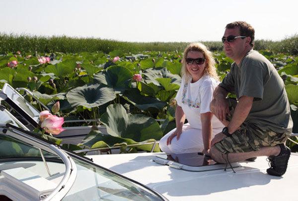 Dans la période entre août et septembre, les touristes qui se rendent dans la région d'Astrakhan (dans le Sud) peuvent admirer un spectacle impressionnant : des lotus s'épanouissant dans le delta de la Volga. C'est là que se trouvent les zones les plus vastes de floraison du lotus, qui se situent de surcroît le plus au Nord parmi les zones dans lesquelles se développe cette fleur.