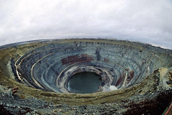 La mine de diamants Mir (« paix »), située près de la ville de Mirny, en Iakoutie, est l'une des plus grandes au monde. Elle a une profondeur de 525 m et un diamètre de 1,2 km. L'extraction de diamants y a duré de 1957 à 2001.