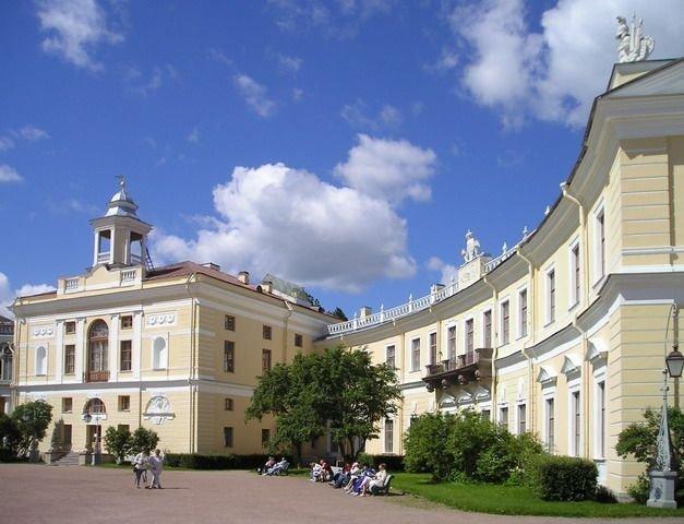 Le palais de Pavlovsk est un palais en arc-de-cercle situé à 26 km au sud de Saint-Pétersbourg.