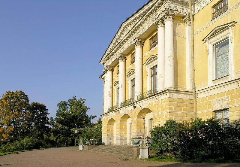 Le palais fut construit entre 1782 et 1786 par l'architecte Charles Cameron dans le style palladien, pour Catherine II qui en fit cadeau à son enfant unique, le futur Paul Ier.
