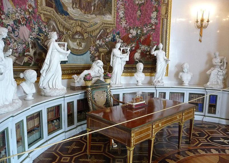 La décoration intérieure fut conçue par Marie Feodorovna, née princesse de Wurtemberg, épouse de Paul qui était une femme au tempérament artiste et qui y vécut depuis l'assassinat de Paul en 1801, jusqu'à sa mort en 1828.