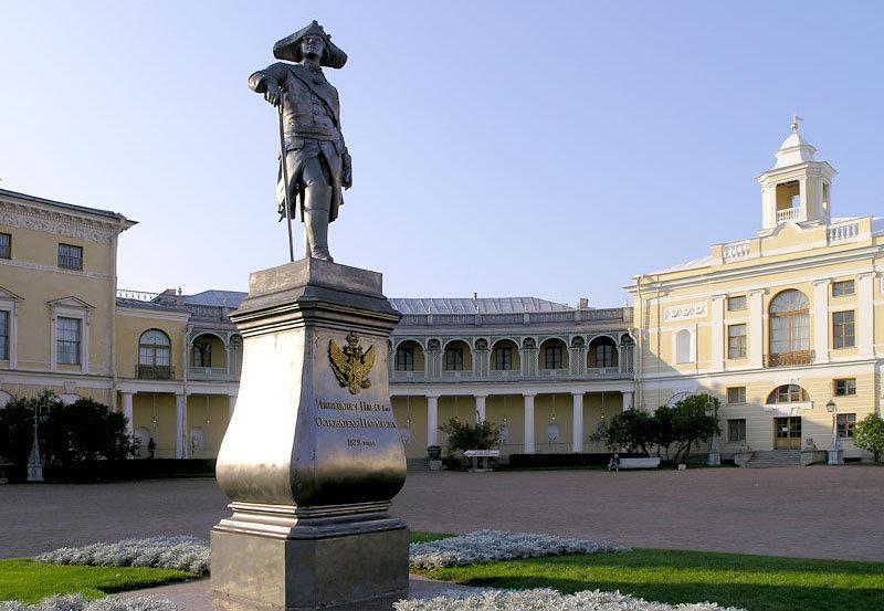 Une statue de Paul Ier, du sculpteur Ivan Vitali, fut érigée devant le palais en 1872.