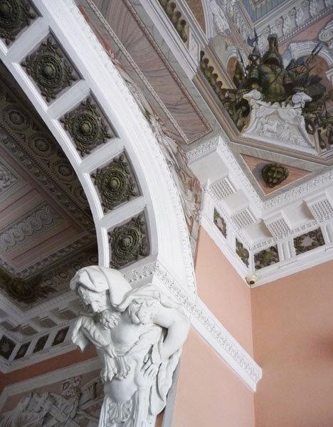 Le palais fut fortement endommagé par les occupants nazis pendant la Seconde guerre mondiale (l'occupation a duré du 17 septembre 1941 au 24 janvier 1944).