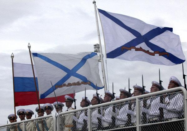 Compagnie de la garde d'honneur du croiseur Variag sur le pont du navire.