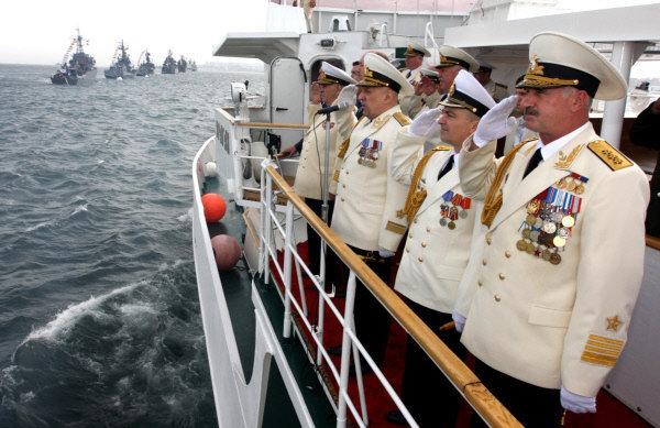 Sergueï Avakians (deuxième à gauche), commandant de la Flotte du Pacifique par intérim, a passé une revue à Vladivostok.