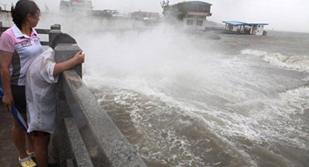 Tempête Muifa : les Chinois tentent de protéger une usine chimique
