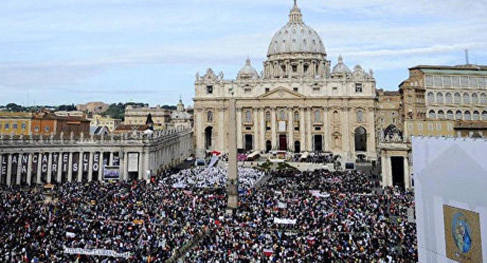 Vatican: un Roumain brûle une Bible