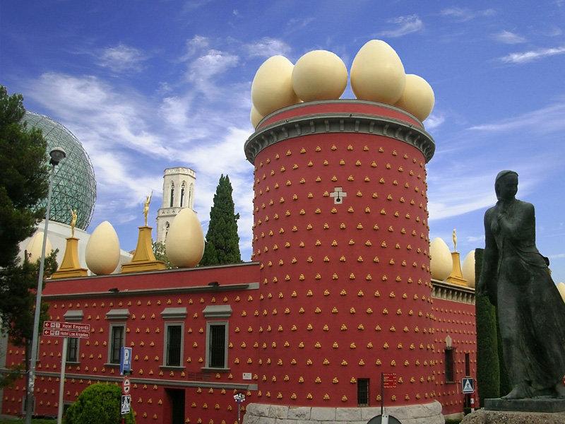Le théâtre-musée Dali consacré au maitre du surréalisme se trouve dans la ville de Figeras, en Catalogne (Espagne).