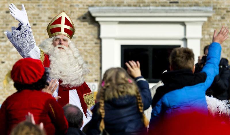 Saint Nicolas est venu aux Pays-Bas à la veille de sa fête afin de collecter les lettres que les enfants lui ont adressé. Santa Claus tient un livre spécial avec les voeux et les cadeaux que désirent les enfants. Ils trouvent leur présents le 5 décembre au matin, dans leur pantoufles.