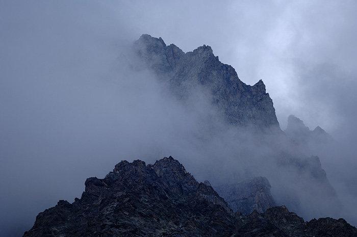 Tous les sommets de 5000 mètres du Nord Caucase se trouvent sur le territoire de la réserve de haute-montagne Kabardino-Balkaski, à l'exception du mont Elbrouz et du mont Kazbek. Du haut de ses 5204 mètres, le sommet du Dykh-Tau culmine le parc. La point le plus bas est à 1800 mètres.